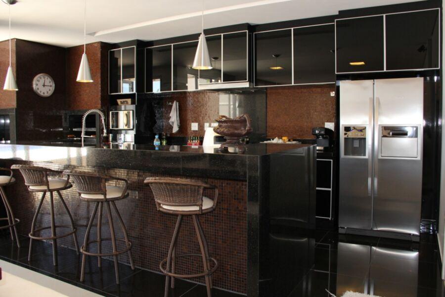Cozinha desenvolvida para o projeto com estilo base de elegância contemporânea